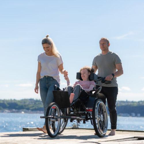 Amalie ute på tur med foreldrene sine