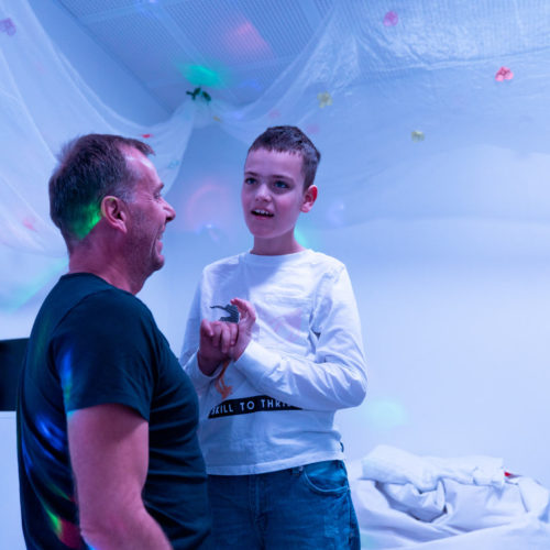 Lukas og assistent ser på farger og lys i et rom