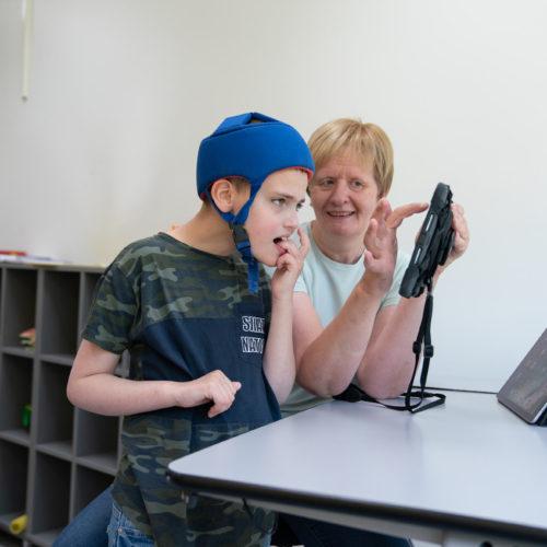 Lukas og Aud Kari bruker kommunikasjonsverktøyet KnowMe
