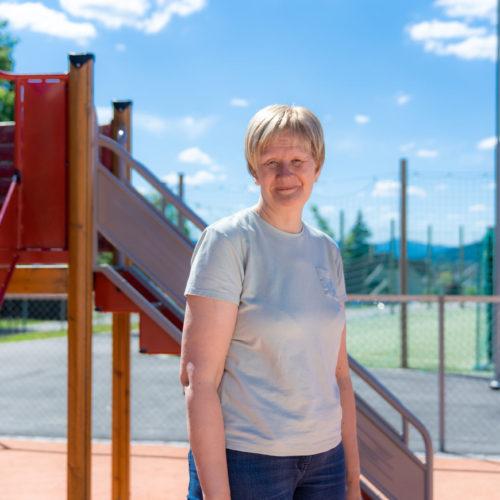 Aud Kari i skolegården på Raumyr skole i Kongberg